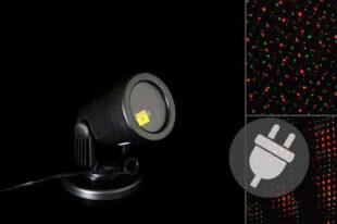 Vonkajší LED projektor osvetľujúci fasádu domu